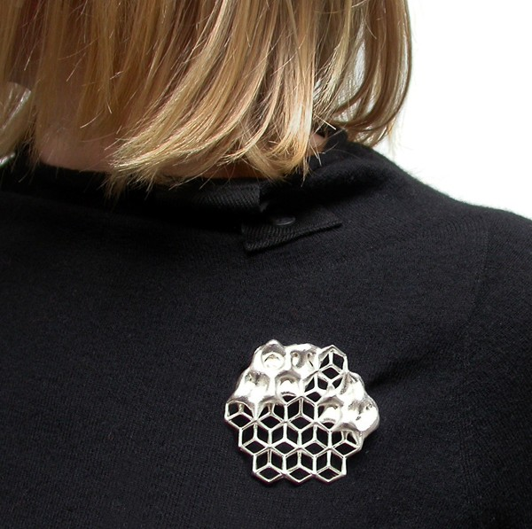 go_cognitive-hexagon_brooch_use_01