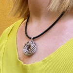go_helix_necklace_use_01