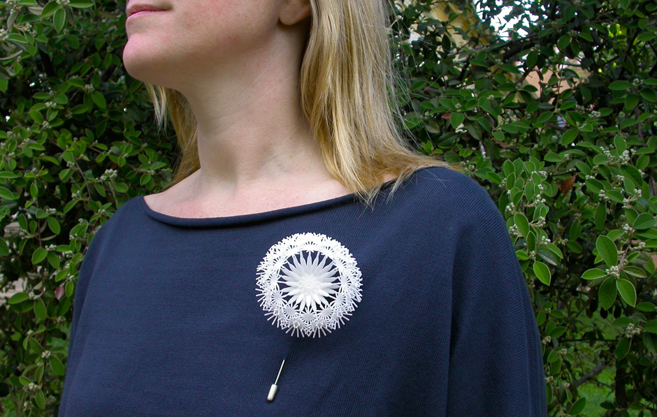 go_dandelion_brooch_use_01